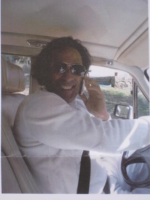 """Maurice Khardine à sa sortie de prison dans la voiture qu'il a escroqué à Georges El Assidi. Il est au volant de la voiture juste pour la photo, car il ne conduit pas de peur des contrôle de police ! Quand Maurice Khardine sort ses dents les gousses d'ails ne sont d'aucun effet, votre seule chance pour vous en débarasser est de dire """"police"""""""