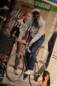 Voici n'a plus d'argent ils font du remplissage avec un vélo qui promène un inconnus