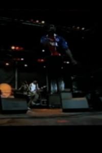 En concert Marco Prince fait des sauts de kangourou pousse des cris d'ours et éructe comme un gorille des funcky, funcky !